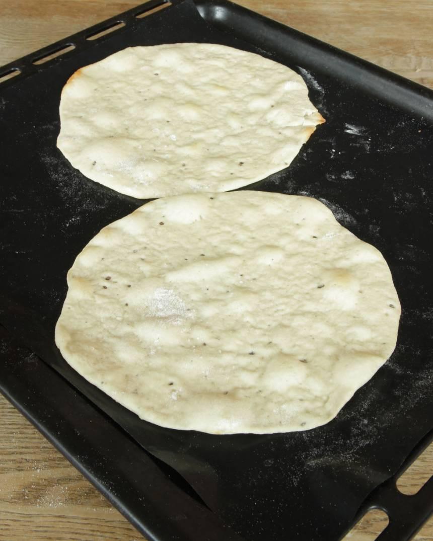 5. Grädda bröden mitt i ugnen i 3–5 min. De ska vara bleka och inte gräddas för hårt för då blir de hårda. Lägg dem på hög på en tallrik. Låt dem svalna inlindade i en handduk.