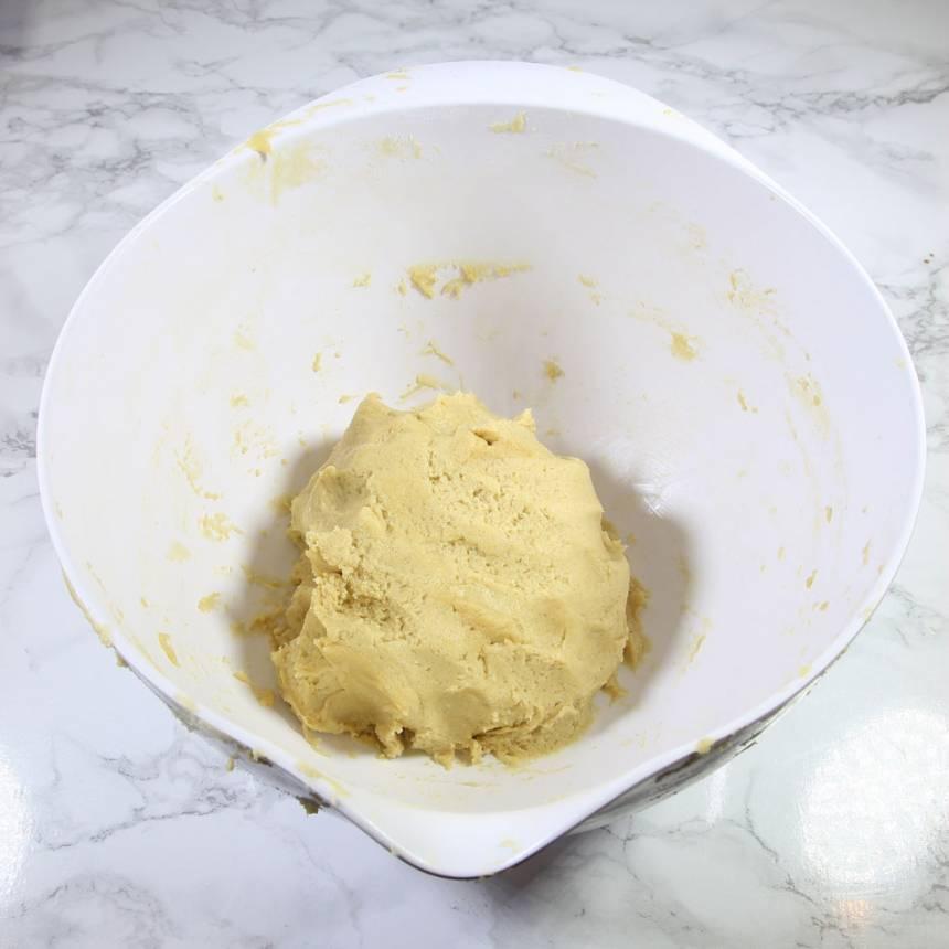1. Sätt ugnen på 160 grader. Blanda farinsocker, strösocker, salt, bikarbonat och vetemjöl. Tillsätt sirap, smör och ägg. Blanda ihop allt till en lite kladdig deg.