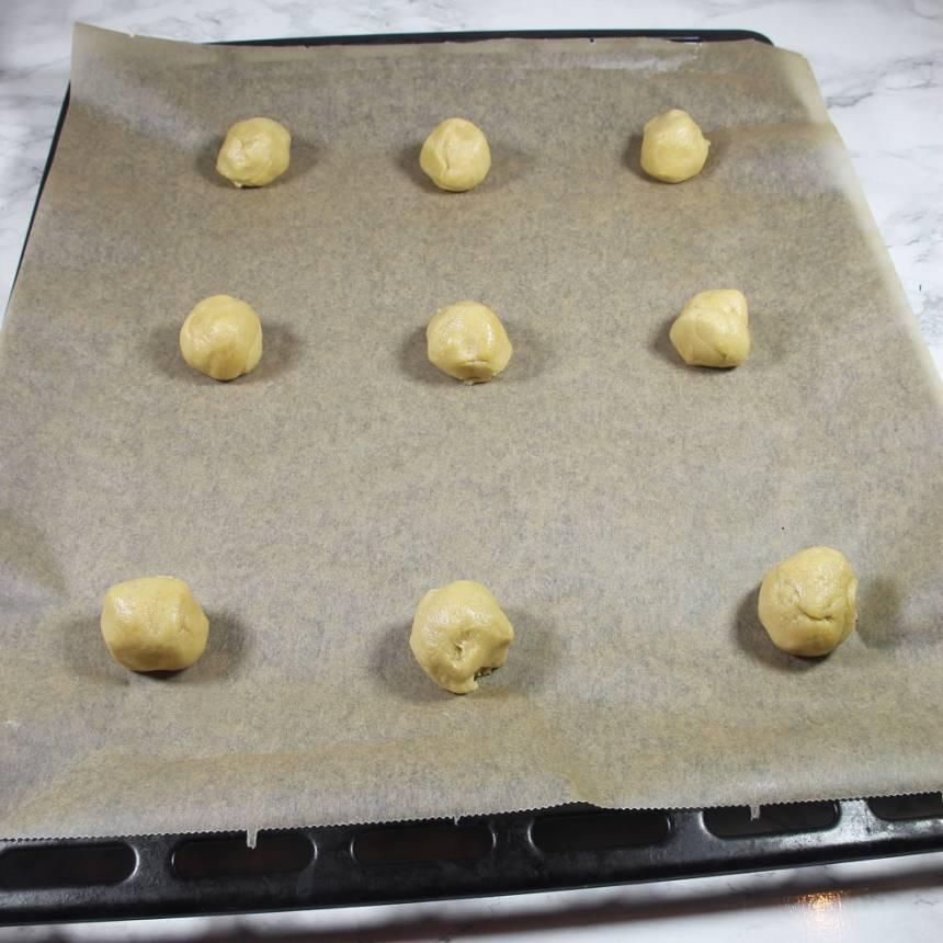 3. Lägg bollarna på plåtar med bakplåtspapper (ca 9 på varje).