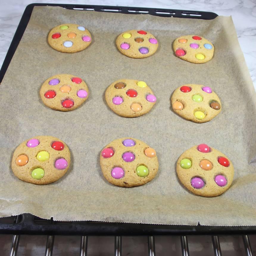 6. Grädda kakorna mitt i ugnen i 17–20 min. Låt dem svalna på plåten.