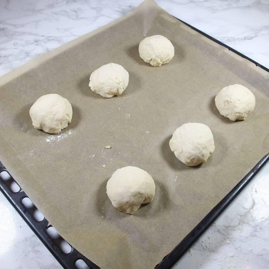 3. Rulla bollar av degbitarna. Lägg dem på en plåt med bakplåtspapper.