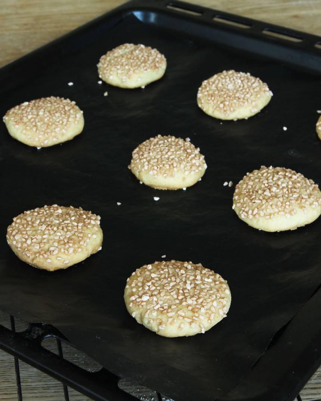 6. Grädda kakorna mitt i ugnen i ca 20 min. Låt dem svalna på plåten.