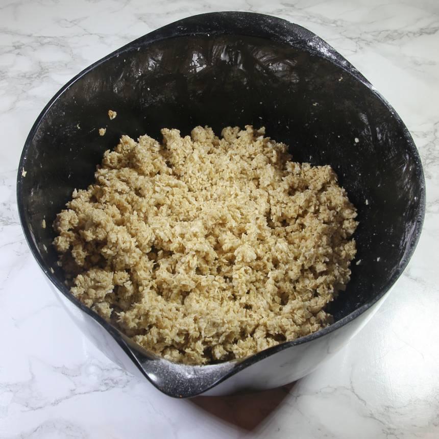 1. Blanda de torra ingredienserna i en bunke och nyp ihop dem med smöret. Tillsätt kaffe och blanda ihop till en lagom kladdig smet. Tillsätt lite vatten om det behövs.