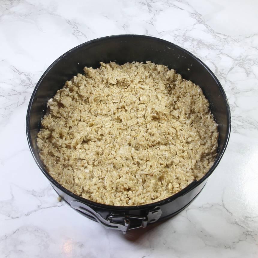 2. Ta upp 1/3 av smeten. Tryck försiktigt ut den i en springform eller skål, 15–18 cm i diameter.
