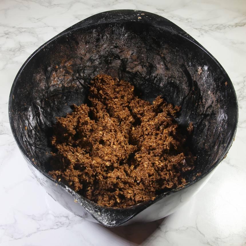 5. Blanda ner ytterligare 1 msk kakao i den sista smeten i bunken. Sprid ut den ovanpå den ljusabruna smeten i formen. Jämna till ytan. Ställ den i frysen en stund.