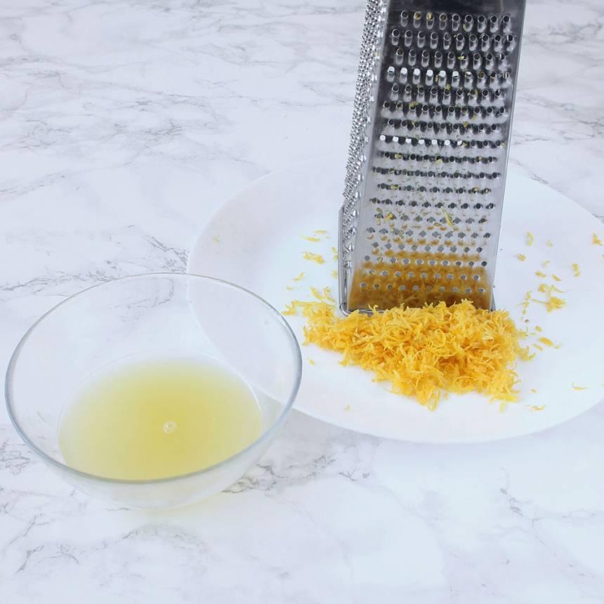 6. Citronkräm: Tvätta citronerna. Riv skalet fint på ett rivjärn. Pressa ur all citronsaft ur citronerna.