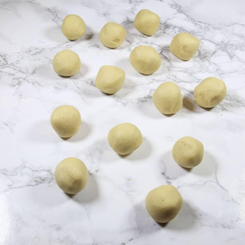 2. Dela degen i ca 30 lika stora bitar. Rulla dem till bollar.