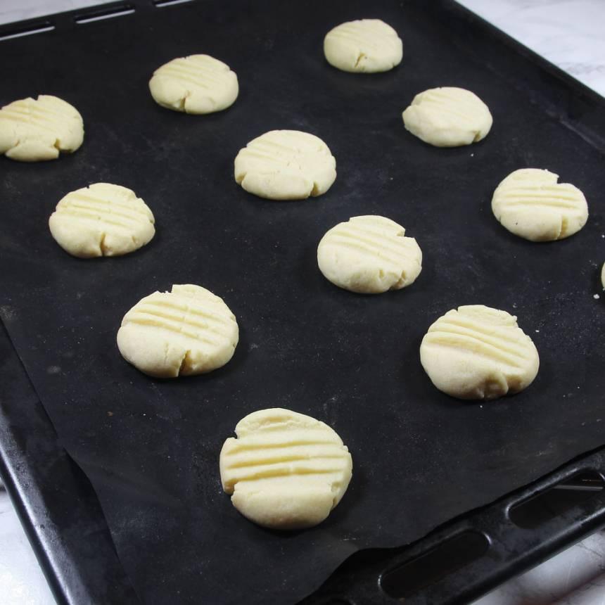 5. Grädda kakorna mitt i ugnen i 14–15 min. Låt dem svalna på plåten.