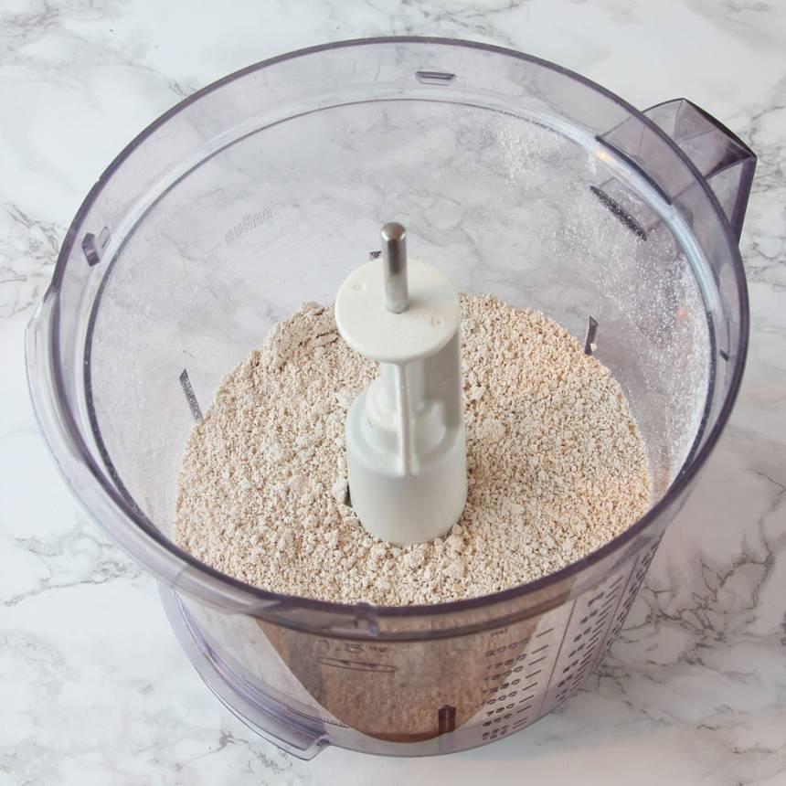 1. Sätt ugnen på 180 grader. Mixa havregrynen till ett mjöl i en matberedare eller mixer med knivar.