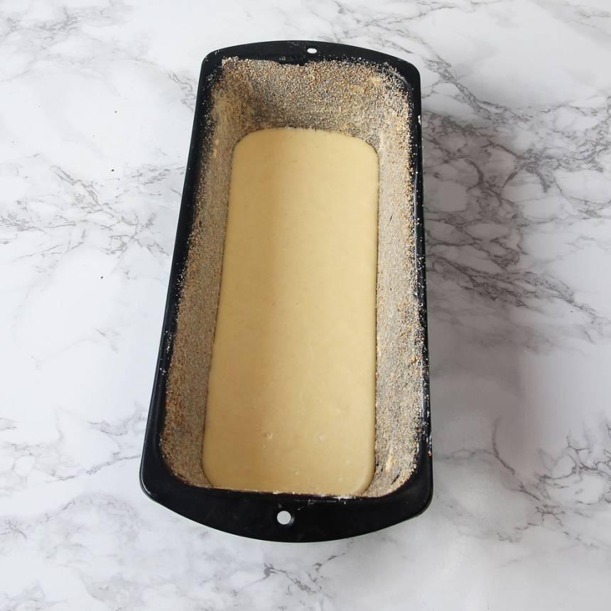 3. Häll 1/3 av smeten i en smord och bröad limpform eller sockerkakasform, ca 1 ½ liter. Strö över 1/3 av blandningen i formen.