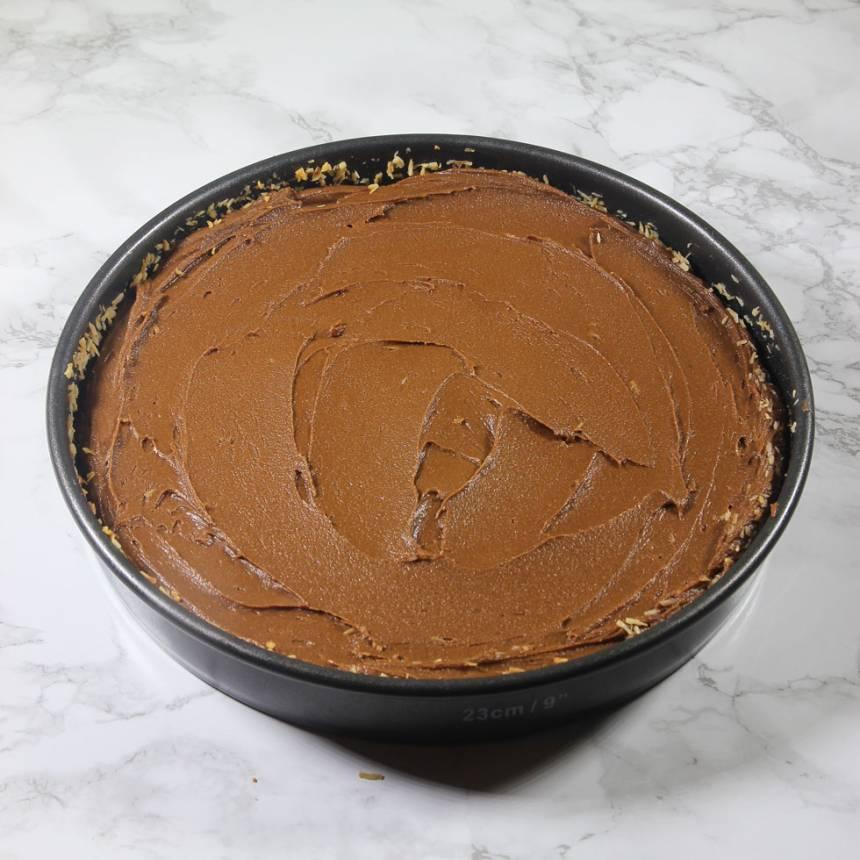 5. Bred ut glasyren över kakan.