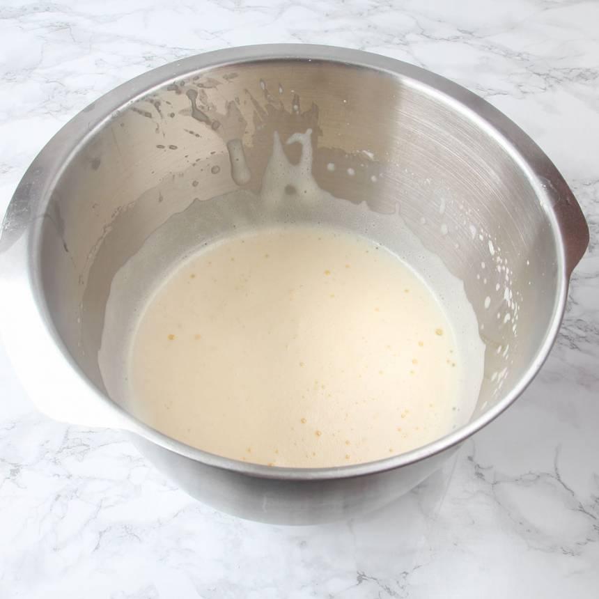 2. Vispa äggen fluffiga med en elvisp i en bunke.