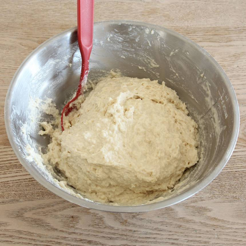 1. Nyp ihop smöret med de torra ingredienserna. Tillsätt mjölken och blanda ihop allt till en kladdig deg.