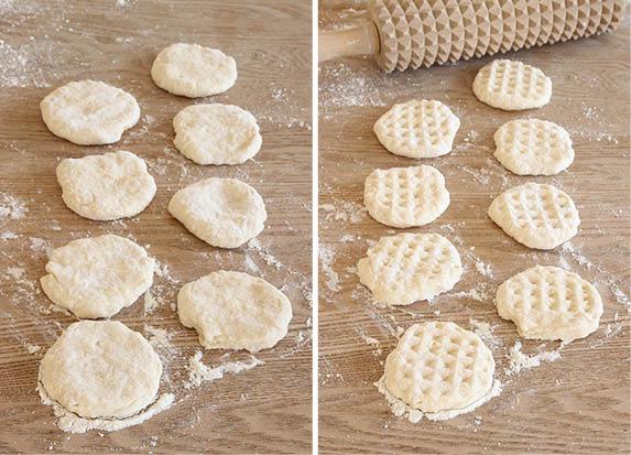 3. Forma degbitarna till bollar med mjölade händer, platta till dem. Rulla en kruskavel över dem (nagga dem med en gaffel om du inte har någon kruskavel).