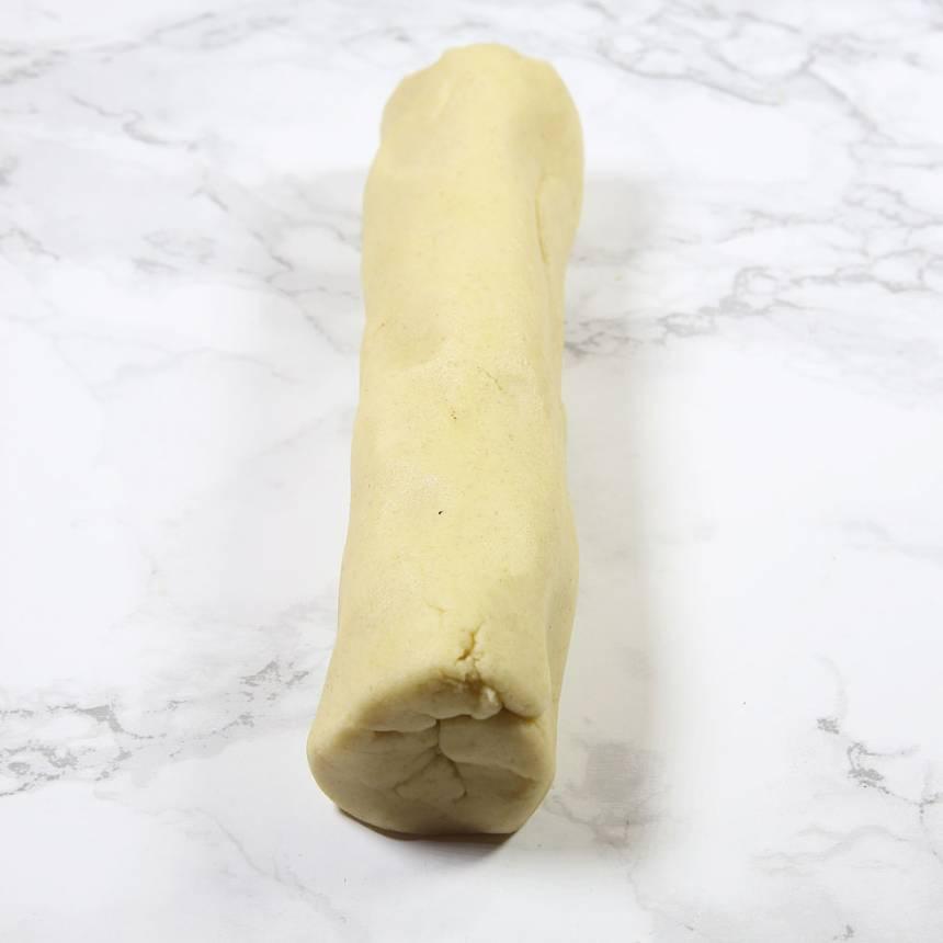 3. Dela degen i två bitar. Rulla ut dem till rullar, ca 6–8 cm i diameter (beroende på vilken storlek man vill ha på kakorna).