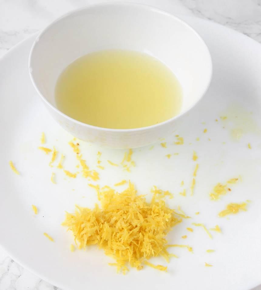 6. Fyllning: Riv citronskalet fint och pressa ur all saft.