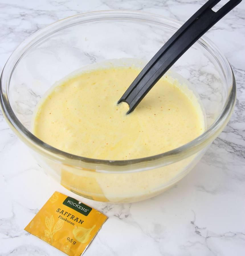7. Vispa ihop citronskal och citronsaft med ägg, vispgrädde, saffran och florsocker till en jämn smet i en skål.