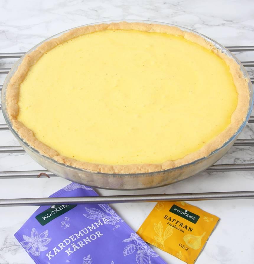 8. Ta ut pajbottnen ur ugnen och häll i citronfyllningen i pajskalet.