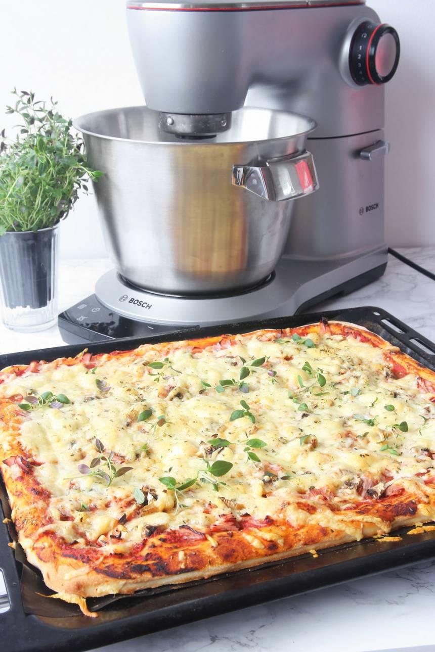 Pizza i långpanna! Degen och tomatsåsen har jag gjort i Bosch nya supermaskin OptiMUM9 som har användbara funktioner som t ex en inbyggd våg plus att den känner av när degen är färdigknådad. Jag mixade även tomatsåsen slät och fin i mixern som finns som tillbehör.
