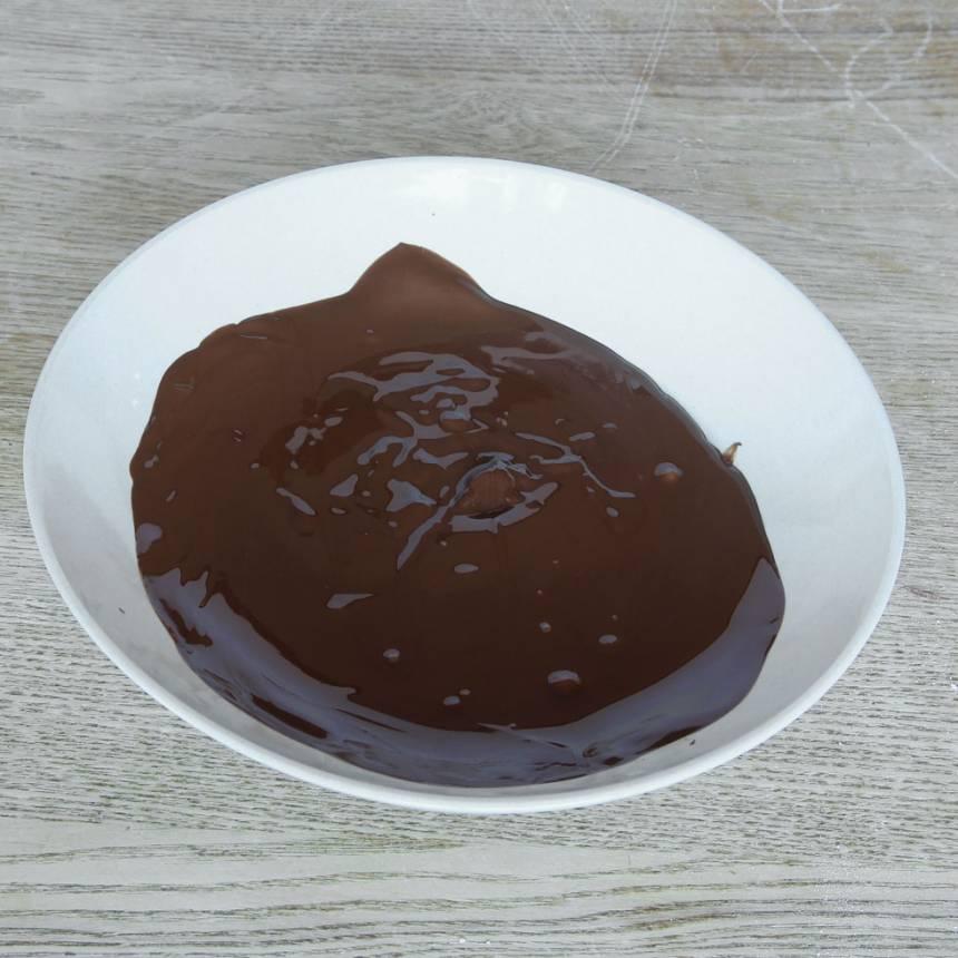 2. Smält chokladen över vattenbad.