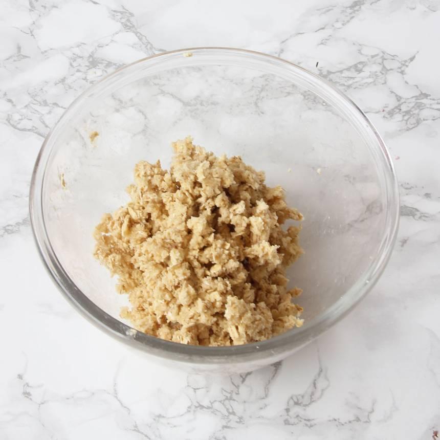 5. Smulor: Nyp ihop smöret med resten av ingredienserna till en smulblandning.